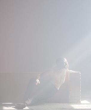 Normalmente ci si attende di vedere le cose compiute, la sintesi del processo che inizia dall'idea e che prende forma con la realizzazione. L'arte invece, per la libertà che le è propria, ha la facoltà di svincolarsi da tale determinazione degli esiti; così accade che un'opera come quella esposta da Lucilla Bellini e Jacopo Jenna, acquisti maggiori identità e significato se considerata nella sua parzialità – quale momento particolare di una ricerca che proseguirà oltre la mostra, verso sviluppi ancora imprevedibili.